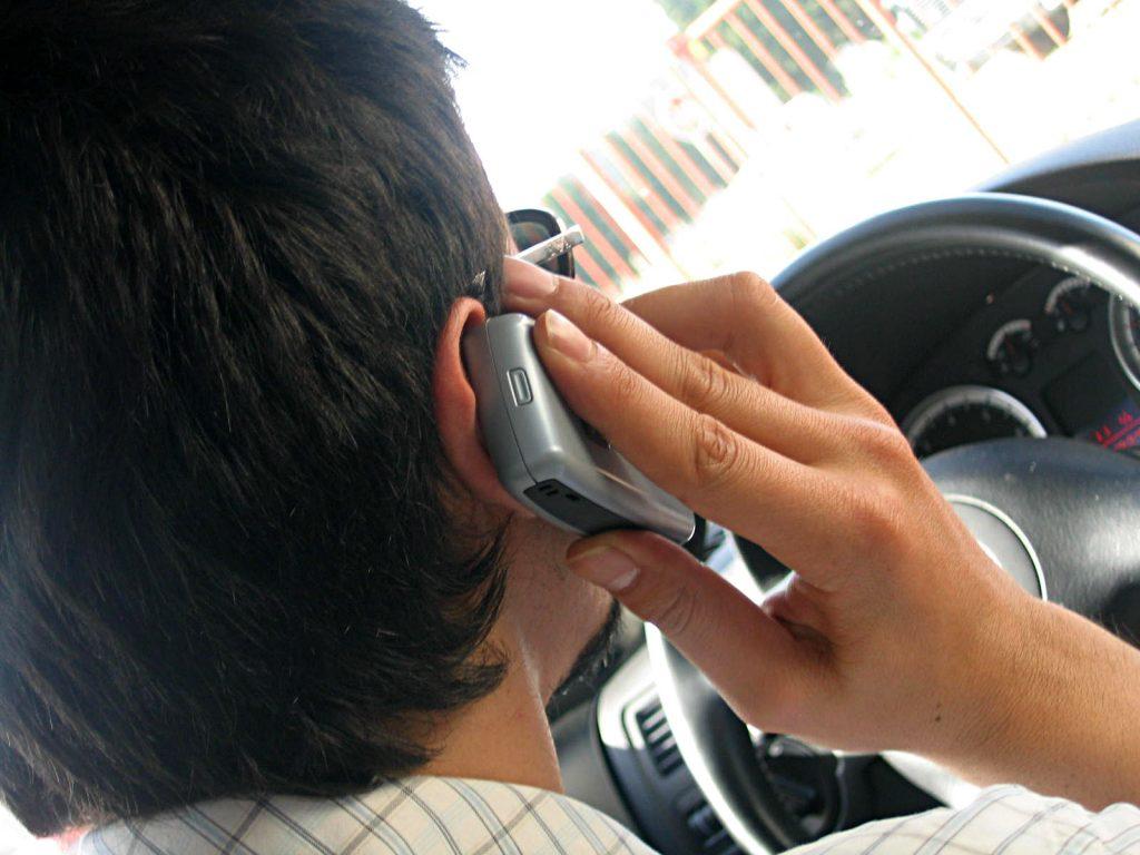 Jak-czesto-polacy-podczas-jazdy-rozmawiaja-przez-telefon-i-pisza-smsy